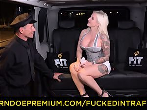 boinked IN TRAFFIC - sultry blondes car triangle screwing