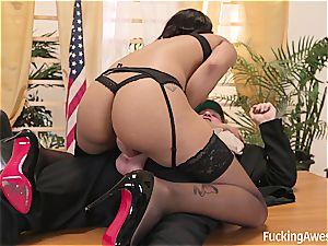 warm black honey Diamond Monrow tickles the pink cigar of the president