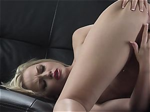 Alexis Texas likes thumping her fingers in and out of her lubricious labia