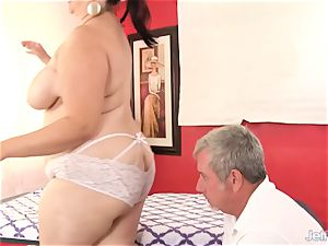 plumper buxomy Bella gets a bang-out rubdown