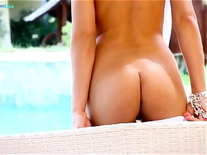 temptress Hannah delicious jerks by the pool