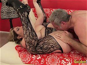 Mature cockslut Savannah Jane deep throats a manmeat Before Climbing Aboard for a ride