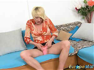 EuropeMaturE crazy Amanda playing Alone with puss