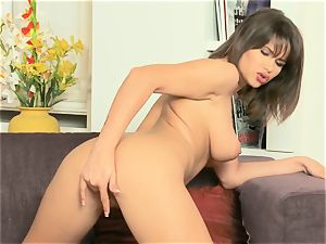 Cinthia chick packs herself with a glass sex plaything